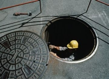 Man glued to mobile phone falls into manhole
